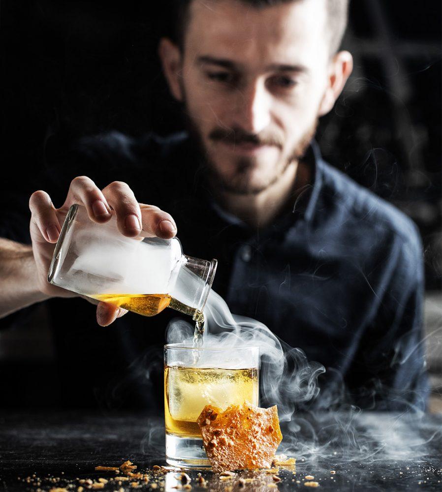 De cocktail bartender van Roast